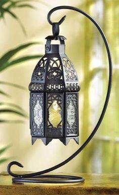 Crie um clima romântico dentro de sua casa usando um acessório bem antigo: a lanterna. Quando a lanterna é acesa, ela lança elaborados padrões e sombras sobre o tecto e as paredes da sala, dando ao ambiente uma sensação especial. Possui um espaço interno ...