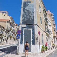 • LISBOA STREET ART •  Is everywhere! You could spend a day in Lisbon wondering the streets, eyeing up the artwork 🙌🏼 Q👆🏼Where is your favourite street art? Fun fact, 4 years after seeing some in Oz, I got it inked on my leg!  Oh and thanks to this week #WanderingWisely ⚡tags - I'm moving house so a tad slow, apologies 😴