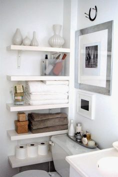 Decoração de banheiros pequenos, muitas prateleiras dobram os pespaços disponíveis.