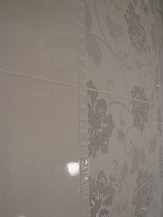 maryblair- Paradyż seria Secret/Edeno. Płytki są w odcieniu delikatnie złamanej bieli w srebrne drobne paseczki - bardzo ładne - niestety zdjęcia nie oddadzą ich uroku. - ŁAZIENKI NASZE !!!!!! - Wnętrza - forum.muratordom.pl