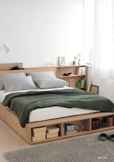 Элегантная и продуманная кровать с выдвижными ящиками, полками и ящиками в изголовье. .