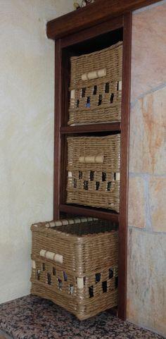Mobiletto sul fianco del caminetto con tre cassettini porta oggetti fatto da Elisabet M :)