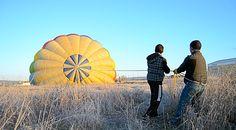 ¿Por qué es importante que la cuerda de la corona sea sujetada firmemente durante el calentamiento del aire al momento de inflar el globo?  http://www.facebook.com/siempreenlasnubes.volarenglobo  Más información y reservas para volar en:  http://www.siempreenlasnubes.com