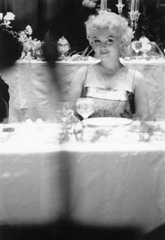 Donner un sourire timide, assis dans un restaurant après la première.