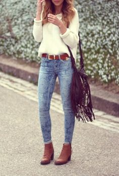 OUTFIT: white jumper, acid washed skinny jeans, brown belt, brown boots