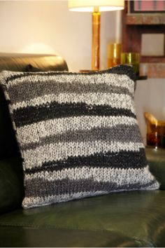knitted pillow--I finally found a project I want to do.