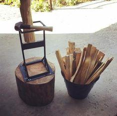 Ce séparateur de bois kindling en acier soudé à la main et fabriqué à la main avec une lame forgée à la main et trempée est un moyen plus intelligent et plus sûr de faire de l'élingue pour commencer votre feu de camp, le feu de cuisson, le four à pizza, le fumeur ou le feu de réchauffement. Cette Kindling Splitter, Log Splitter, Welding Projects, Woodworking Projects, Diy Welding, Welding Ideas, Metal Projects, Wood Biscuits, Fire Pit Tools