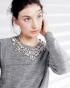 Collar jeweled sweater or sweatshirt / DIY inspo Look Fashion, Diy Fashion, Ideias Fashion, Fashion Beauty, Womens Fashion, Sweat Gris, Moderne Outfits, Diy Vetement, Mein Style