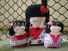 Kokeshis  www.facebook.com/lojavaraldeartes Toy Art, Crochet Hats, Facebook, Toys, Design, Clothes Line, Knitting Hats, Activity Toys, Design Comics