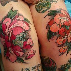 Peony flower tattoos on the knees by Elliott Wells #peony #peonies #flower #japanese #ElliottWells #triplesixstudios