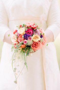 kleiner bunter Brautstrauß mit Ranken zum schlichten Hochzeitskleid mit nude und rosa  (www.noni-mode.de - Foto: Petsy Fink)
