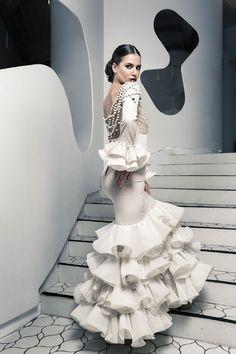Diseño y elaboración propia de vestidos de moda flamenca mujer y niña, destacando la colección Gaudí info@mercedesmestre.moda Todos los derechos son reservados