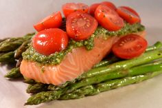 Simpel maar zo lekker! Zalmpakketje met pesto en groene asperges. #zalm #pesto #recepten Salmon Recipes, Fish Recipes, Seafood Recipes, Healthy Recipes, Pesto Salmon, Diner Recipes, Good Food, Yummy Food, Fast Dinners