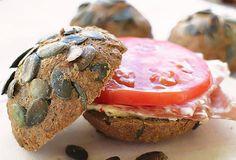 Leckere kalorienarme & kohlenhydratarme Low Carb Brötchen mit knusprigen Kürbiskernen. Der perfekte Begleiter zur herzhaften Low Carb Brotzeit. Für Ketogene Ernährung geeignet.