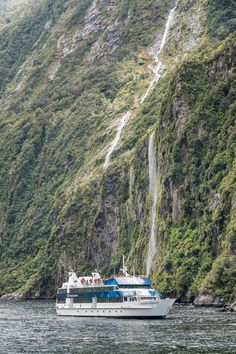 Milford Sound is regarded as one of the top destinations in the world, so while planning our South Island road trip, we didn't think twice about booking a… Road Trip New Zealand, New Zealand Travel, Road Trip Essentials, Road Trip Hacks, Road Trip Photography, Lake Wakatipu, New Zealand South Island, Milford Sound, Road Trip Destinations