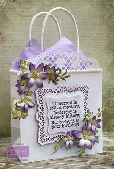 Gift bag made using Crafter's Companion Downton Abbey Ornate Square Die… Gift Baskets For Women, Holiday Gift Baskets, Paper Bag Crafts, Paper Gifts, Paper Gift Bags, Birthday Gift Bags, Handmade Birthday Cards, Homemade Gift Bags, Decorated Gift Bags
