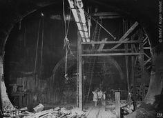 traversée de la Seine au Châtelet, station Place Saint-Michel. Intérieur du premier puits elliptique. Photographie de Charles Maindron, 27 mai 1909, Paris. © BHdV / Roger-Viollet