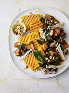 Schon beim Anblick bekommt man Appetit: roter Mangold, Haselnüsse, Enoki-pilze und Kräuterseitlinge in würzigem Balsamico und dazu leicht scharfe gegrillte Polenta.