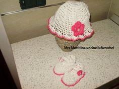 Cappellino e scarpine neonata.