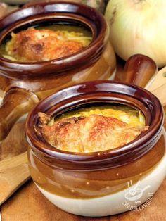 Onion soup - La Zuppa di cipolle è un primo della tradizione contadina che non passa mai di moda ed è intramontabile. Estremamente versatile e facile. #zuppadicipolle Wine Recipes, Pasta Recipes, Soup Recipes, Easy Cooking, Cooking Recipes, Beef Tagine, Italy Food, Chowder Recipes, International Recipes