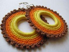 Crochet Earrings Pattern, Crochet Jewelry Patterns, Crochet Accessories, Crochet Jewellery, Diy Crochet, Crochet Crafts, Crochet Projects, Sewing Art, Fabric Jewelry