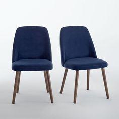 Les 2 chaises velours et noyer Watford. Enveloppantes et ergonomiques pour le confort, design super stylé pour un effet super, les chaises Watford apportent du caractère autour de la table.Caractéristiques de la chaise velours Watford :Forme enveloppante ergonomique.Revêtement dossier et assise en velours 100% polyester.Garnissage mousse de polyuréthane dossier (25 kg/m³), assise (28 kg/m³).Piètement en hêtre massif, teinté noyer, finition vernis nitrocellulosique.Retrouvez l'ensemble de la…