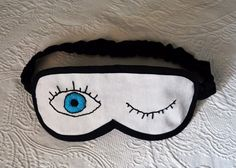 Antifaz para dormir DIY con guiño bordado - Departamento de Ideas
