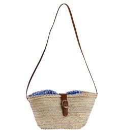 Chceli by ste peknú slamenú kabelku? Kabelka cez rameno z palmovej slamy Kbas má tvar košíka a krásnu modrú vzorovanú podšívku.
