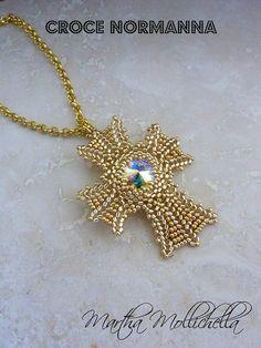 Pendente a croce, con cristallo Swarovski e perline di vetro giapponesi. ciondolo a forma di croce