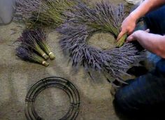 How to Make a Dried Lavender Wreath. This fragrant, beautiful rustic wreath is easy to make and brings an organic touch to your home! Lavender Wands, Lavender Crafts, Lavender Wreath, Lavander, Lavender Blue, Lavender Fields, Lavender Garden, Corona Floral, Deco Nature