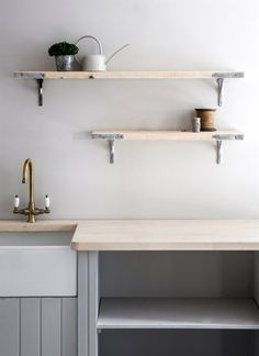 Discover the top 5 kitchen trends for home renovation in See what's hot in kitchen design and how to integrate it into your interior design project. Pantry Interior, Rustic Wooden Shelves, Vintage Industrial Decor, Industrial Storage, Latest Kitchen Designs, Kitchen Worktop, Kitchen Sink, Contemporary Kitchen Design, Kitchen Cabinet Colors
