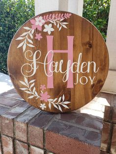 Personalized Round Wood Custom Name Sign with Initial/ Floral Wood Name Sign/ Baby Shower Gift/ Personalized wood sign/ Little girl decor Personalized Wood Signs, Diy Wood Signs, Vinyl Signs, Nursery Wood Sign, Nursery Signs, Wood Name Sign, Wood Names, Baby Name Signs, Baby Names