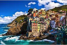 Photo by Shutterstock.com ここはイタリア北西部のエリア、チンクエ・テッレ(Cinque Terre)。 ユネスコの世界遺産に登録された5つの村の総称です。 モンテロッソ・アル・マーレ (Monterosso al Mare) 、ヴェルナッツァ (Vernazza)、コルニリア (Cornigl...