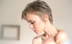 Women's short haircuts 2019 trends What are the trendy short haircuts for the fall-winter 2017 season? Square cut, bowl cut, bowl cut, square plunging, cut shell effect . Dare the sho. Short Curly Haircuts, Cool Short Hairstyles, Curly Hair Cuts, Cut My Hair, Hairstyle Short, Very Short Hair, Short Hair Cuts For Women, Cutaway, Short Wedge Haircut