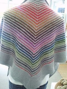 Free pattern with Aran weight, that would be great with a self-striping yarn and a contrast main color.