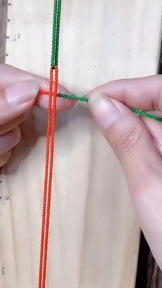 Diy Friendship Bracelets Tutorial, Diy Bracelets Easy, Bracelet Crafts, Braided Bracelets, Friendship Bracelet Patterns, Bracelet Tutorial, Macrame Tutorial, Paracord Tutorial, Handmade Bracelets