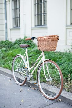 Recycled bike based on Eska Premier - old czech city bike for women. Shimano Nexus 3 rear hub / Selle Royal saddle / Schwalbe tyres / etc.