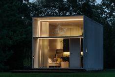 casa prefabricada en poco tiempo- luces encendidas de noche