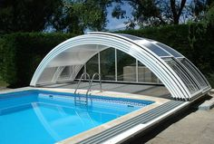 garten The Vela Plus semi-high swimming pool cover has an aluminium structure and polycarbonate panes. There is plenty of room to swim inside while having the lowest possible visual impact.
