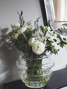 Ranunkler, fransk anemone, prydallium og spesielle sorter tulipaner er på sitt vakreste akkurat nå. My Room, Glass Vase, Vases, Flowers, Home Decor, Decoration Home, Room Decor, Royal Icing Flowers, Home Interior Design