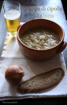 Zuppa di cipolle alla birra | In Cucina con il Naturopata Beer Recipes, Soup Recipes, Cooking Recipes, Healthy Recipes, Beef Tagine, Confort Food, Vegetable Soup Healthy, Italy Food, Chowder Recipes