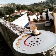 Gelado de avelã, molho de frutos silvestres com mousseline de menta #empratamento #gelado #avelã #menta #sobremesa