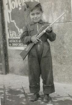 Francisco dispuesto a alistarse en cualquier momento. Madrid, 1937. Archivo fotográfico de la Comunidad de Madrid. Civilization, Spanish, War, Spanish Language, Spain