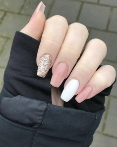 Apr 2020 - 25 Elegant White Nail Art Ideas that You will Love for Winter: Now is the time to beautify your nails with a white winter theme. Having an elegant white nail art is a beauty in itself this season. Gold Gel Nails, Gold Nail Art, White Acrylic Nails, White Nail Art, Rose Gold Nails, Summer Acrylic Nails, Best Acrylic Nails, Acrylic Nail Designs, Pink Nails