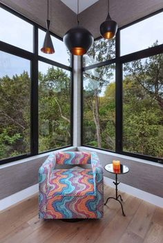 Luminous home in Texas offers a secluded treehouse ambiance Country Modern Home, Modern Rustic, Retro Chairs, Leather Granite, Wood Interiors, Indoor Outdoor Living, Mediterranean Style, Sliding Glass Door, Architect Design