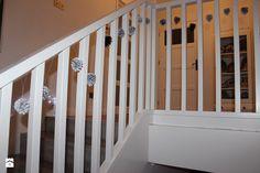 Szare drewniane schody i białe ściany ze sztukaterią. - zdjęcie od Kobieta po czterdziestce