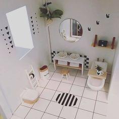 how to make modern dollhouse bath Miniature Rooms, Miniature Houses, Miniature Furniture, Dollhouse Furniture, Ikea Dollhouse, Modern Dollhouse, Dollhouse Miniatures, Barbie Furniture, Crafts