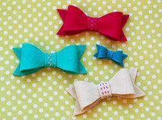 DIY Tutorial DIY Hair Bows / DIY felt bows: a free pattern and tutorial - Bead&Cord Felt Hair Bows, Diy Hair Bows, Diy Bow, Felt Diy, Felt Crafts, Crafts To Make, Diy Crafts, Sewing Patterns Free, Free Sewing