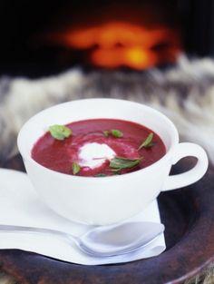 Spicy bietensoep met munt en yoghurt. Recept op elleeten.nl | ELLE Eten
