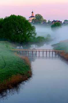 Morning mist in the ancient town of Suzdal, a tourist centre known for the medieval architecture, Russia. Ukraine, Places To Travel, Places To See, Beautiful World, Beautiful Places, Landscape Photography, Nature Photography, Tourist Center, Countries Of The World